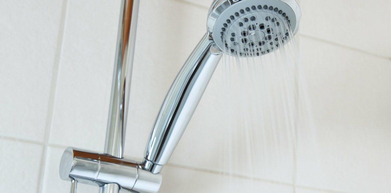 gaspillons moins d'eau en prenant des douches plutôt qu'un bain